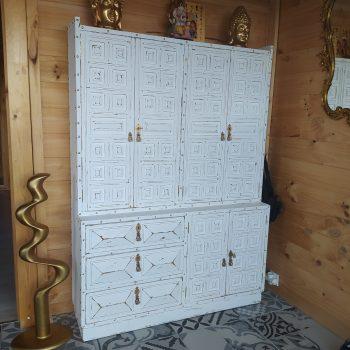Mueble castellano marron pintado en blanco tiza y posteruor lijado, chinchetas doradas y pomos pintados, interior forrado en film de leopardo(12h)
