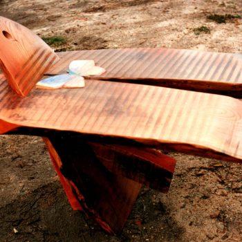 mariposa carpintera fabricando un pajarito de madera