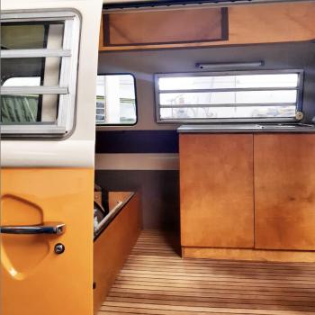 Mueble y suelo de teka para furgoneta campe